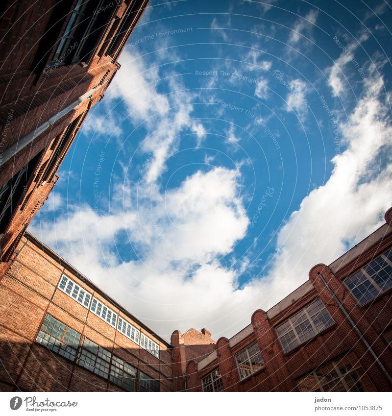 offenheit. Ferne Freiheit Industrie Himmel Wolken Sonnenlicht Schönes Wetter Skyline Bauwerk Gebäude Architektur Mauer Wand Fassade Stein Unendlichkeit Farbfoto