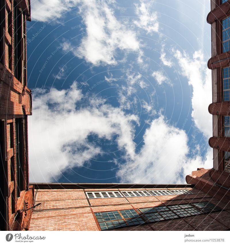 freiraum. Stil Design Ferne Freiheit Himmel Wolken Skyline Menschenleer Haus Industrieanlage Bauwerk Gebäude Architektur Mauer Wand Fassade Dachrinne Stein