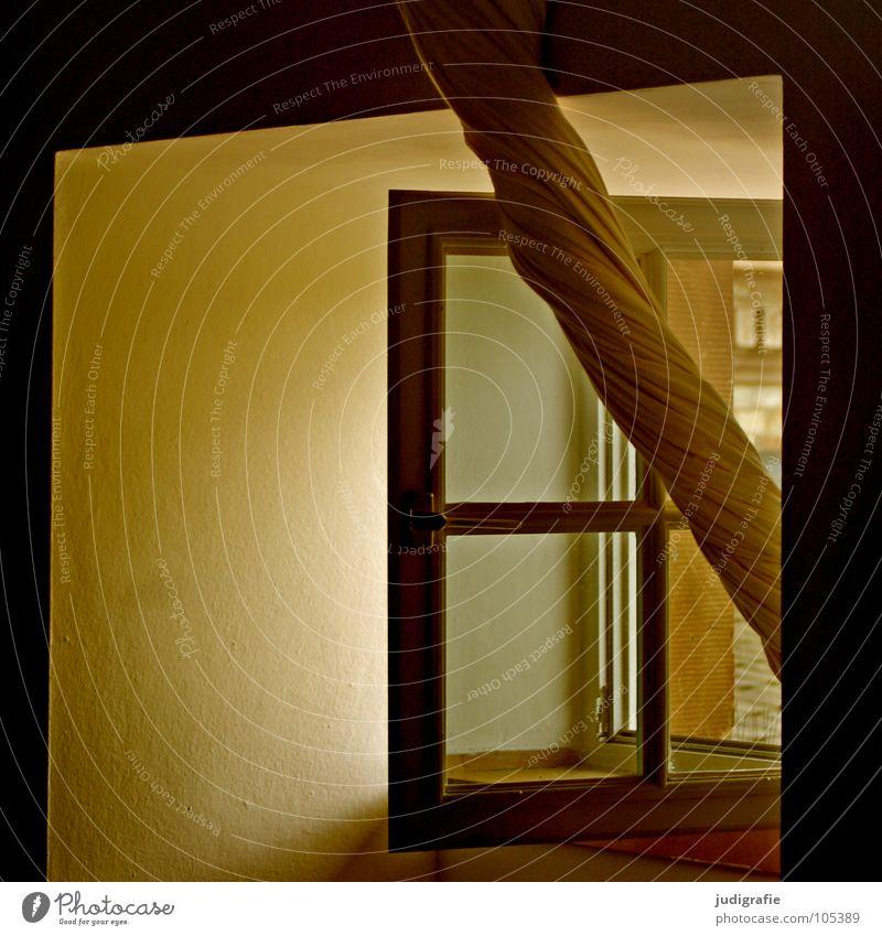 Heimtextilien Fenster Vorhang Gardine Stoff Fensterkreuz offen lüften Haus Detailaufnahme Farbe Häusliches Leben drehen heimtextilien Außenaufnahme