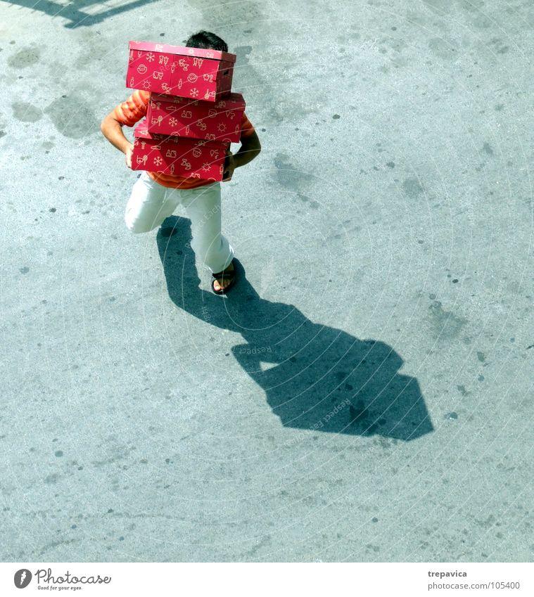 gekauft kaufen Mann Beton Vogelperspektive 3 schwer Kiste Geschenk zuviel mehrere aufregend grau Ware hard Lautsprecher Schatten tragen viele heavy Straße