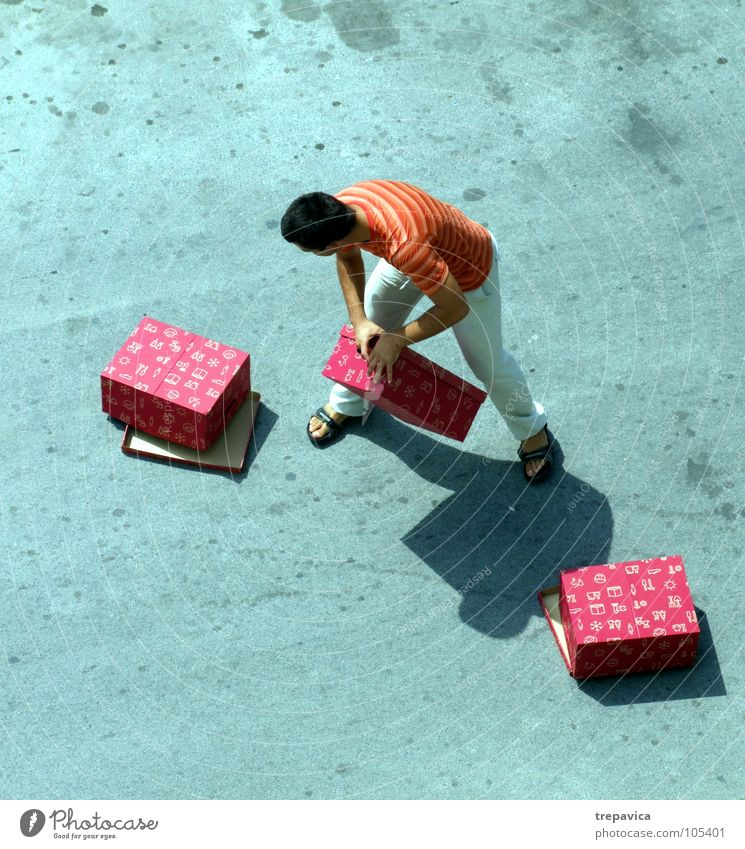gekauft I kaufen Mann Beton Vogelperspektive 3 schwer Kiste Geschenk zuviel mehrere aufregend grau Ware rot hard Lautsprecher Schatten tragen viele heavy Straße