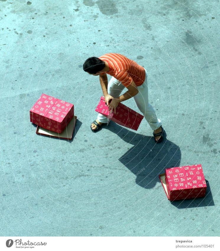 gekauft I Mann rot Straße grau kaufen Beton 3 Geschenk mehrere Lautsprecher viele Kiste tragen Ware schwer aufregend