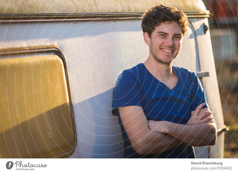 Be happy Ferien & Urlaub & Reisen Camping maskulin Junger Mann Jugendliche Erwachsene Körper Gesicht Arme 18-30 Jahre T-Shirt brünett kurzhaarig Locken Freude