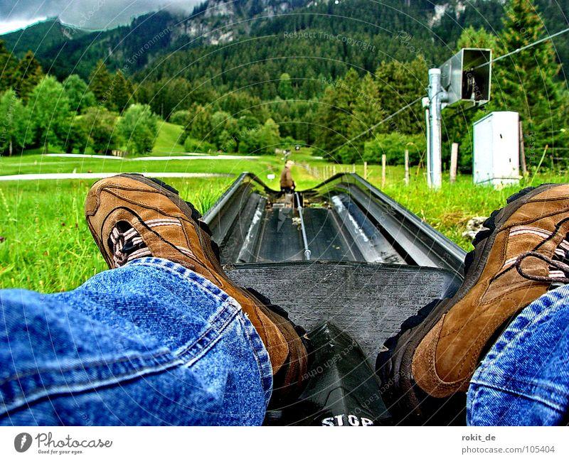 Gib Gummi blau grün Sommer Freude Spielen braun sitzen Schuhe Geschwindigkeit Rasen Ziel Eile Jeanshose Gleise Kurve abwärts