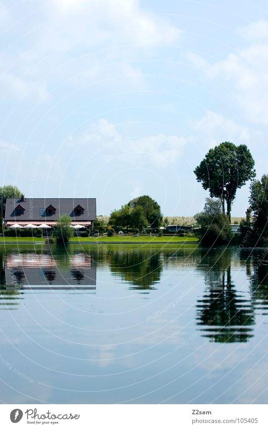 synchron Reflexion & Spiegelung grün Sommer Bayern See Gewässer glänzend Haus Gebäude Baum saftig kalt nass Wolken Idylle gleich Landschaft Wasser ruhig Natur