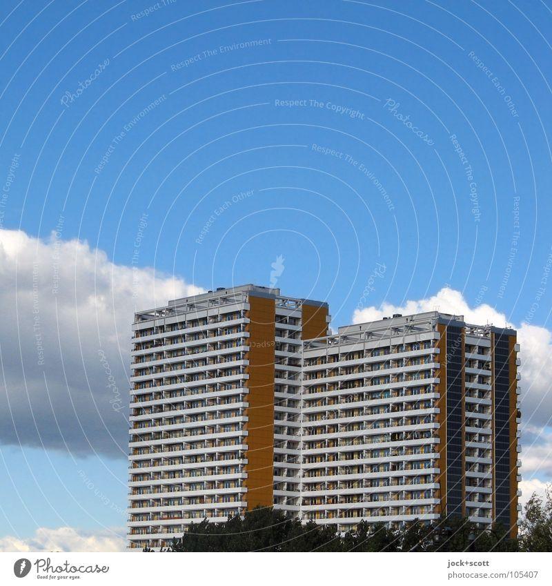 Plattenbauweise II Stadt blau Einsamkeit Wolken Umwelt Frühling Fassade Lifestyle Luft Häusliches Leben trist modern authentisch Hochhaus hoch Aussicht