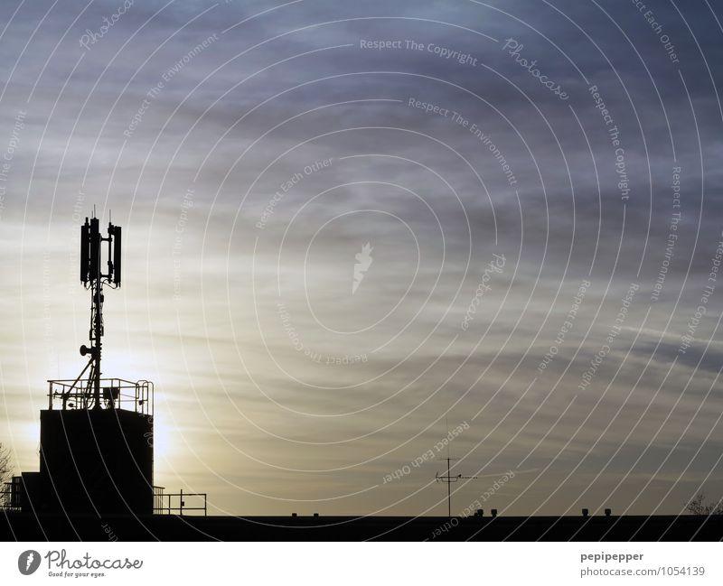 _I__________ Häusliches Leben Telekommunikation Mobilantenne Antenne Mobillfunk Informationstechnologie Internet Medien Fernsehen Himmel Nachthimmel Haus Dach