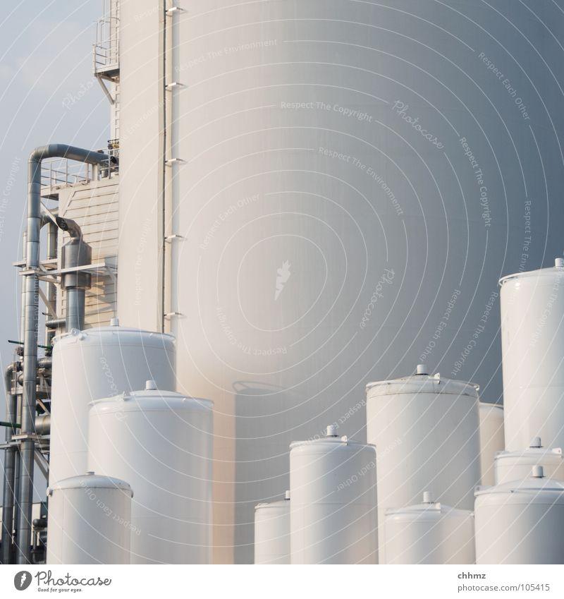 Silos klein groß Industrie Ordnung Röhren Leitung Chemie Produktion Lager Behälter u. Gefäße aufbewahren Staffelung Chemische Elemente