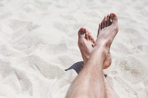 Let Go. Ferien & Urlaub & Reisen Sommer Erholung Einsamkeit Wärme Beine Sand Fuß Kunst liegen Zufriedenheit ästhetisch Pause Sonnenbad Sommerurlaub Sandstrand
