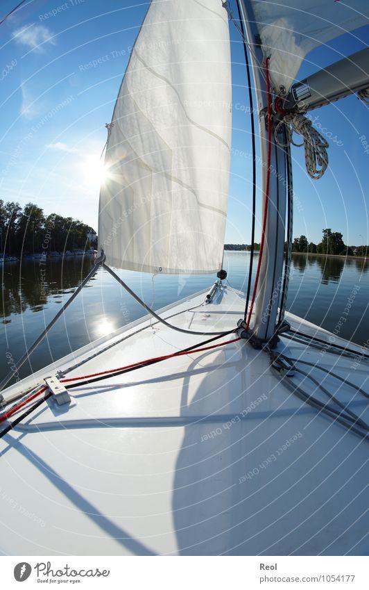 Unterwegs Wasser Sommer Sonne Erholung hell Wasserfahrzeug Freizeit & Hobby Wind Schönes Wetter Fluss Wolkenloser Himmel Schifffahrt Segeln Windstille