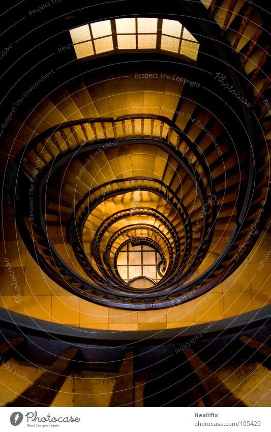 DOWNSTAIRS Haus Hochhaus Bauwerk Gebäude Architektur Treppe Fenster Treppenhaus alt dunkel elegant historisch braun gelb Angst Höhenangst Reichtum