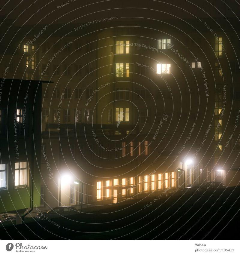 Nebel des Abendgrauens Hinterhof Abenddämmerung spät Erkenntnis erleuchten dunkel schlechtes Wetter unheimlich Fenster Laterne Sherlock Holmes Herbst Bauernhof