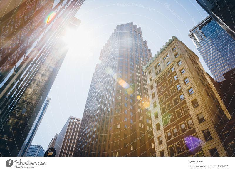 New York City Stars and Stripes Stadt Hochhaus Gebäude gigantisch groß modern Wärme Farbfoto Außenaufnahme Tag Gegenlicht Starke Tiefenschärfe Froschperspektive