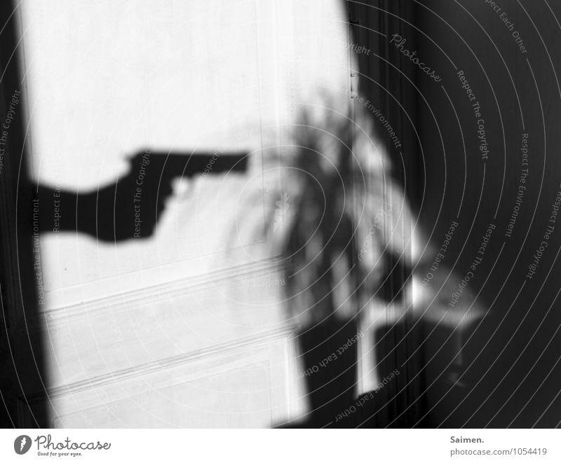 der gärtner Pflanze Angst gefährlich bedrohlich Zeichen Wut Ärger Waffe Pistole gereizt Verachtung