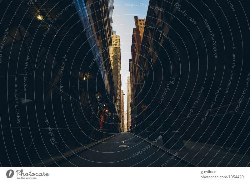 Straßen von New York New York City Stars and Stripes Stadt Stadtzentrum Menschenleer Hochhaus Gebäude dunkel gigantisch groß hoch unten Kraft Farbfoto