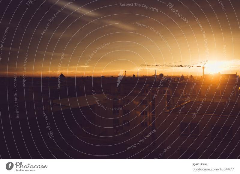 Urbaner Sonnenuntergang Industrie Himmel Sonnenaufgang Kleinstadt Stadt Gebäude Architektur Dach Wärme gelb gold Kraft Gelassenheit ruhig Farbfoto Außenaufnahme