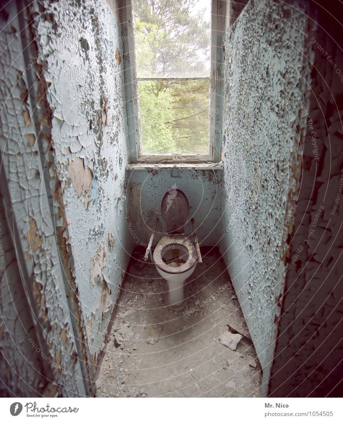 scheiß foto Häusliches Leben Wohnung Renovieren Bad Haus Ruine Gebäude Fenster alt dreckig Toilette Altbau Sanitäranlagen Verfall Ekel Zerstörung