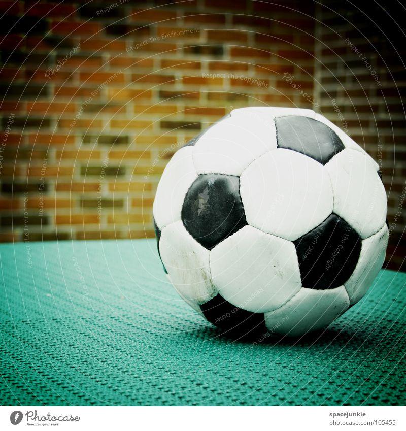football Spielen schwarz weiß Wand Leder Freizeit & Hobby rund Ball Menschenleer Backsteinwand Fußball 1 Vignettierung glänzend Sechseck liegen Kugel Farbfoto