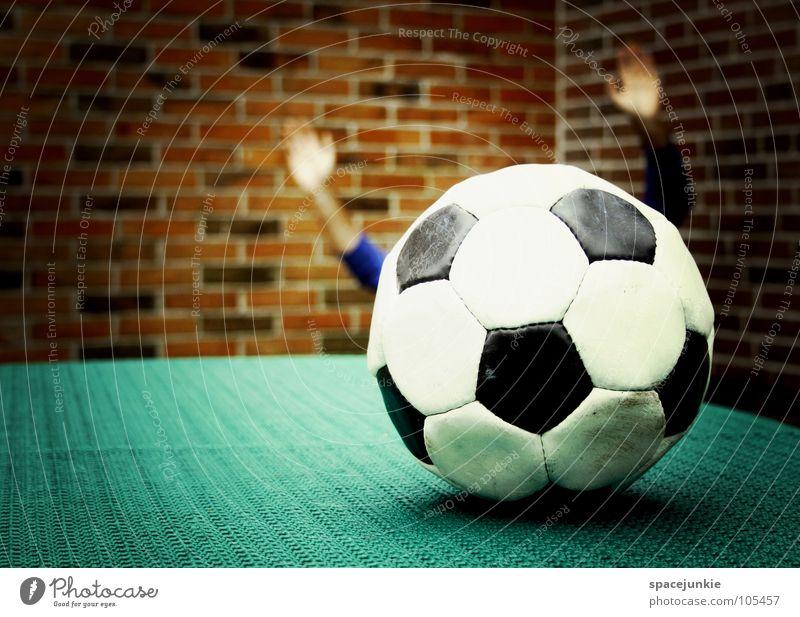happy football Spielen Sport schwarz weiß Ballsport Wand Leder schießen Fußballplatz Freizeit & Hobby rund Hand lustig skurril Freude sportlich treten soccer