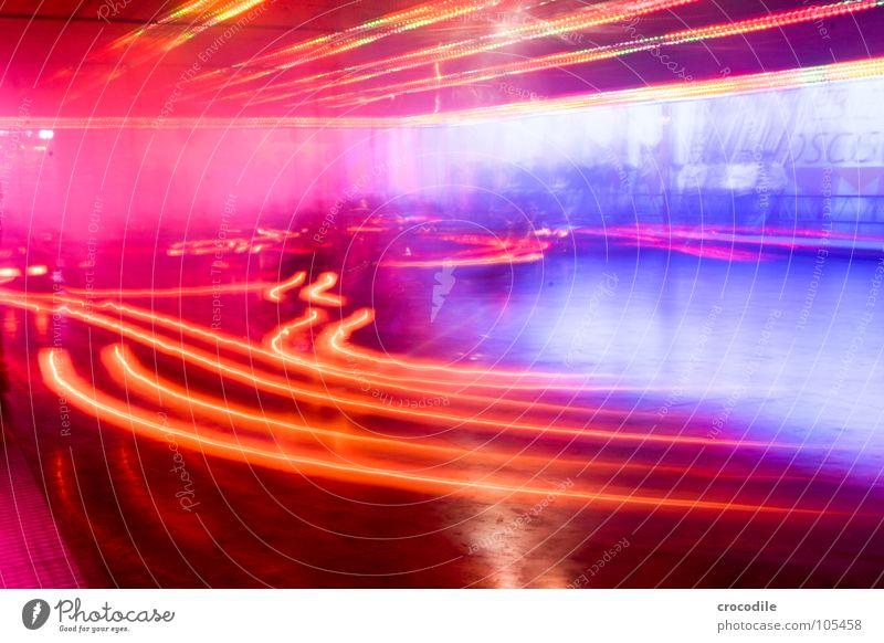 autoscooter l Auto-Skooter Jahrmarkt Bayern Geschwindigkeit Nebel mehrfarbig Elektrizität Langzeitbelichtung rot violett rosa Freizeit & Hobby Licht PKW