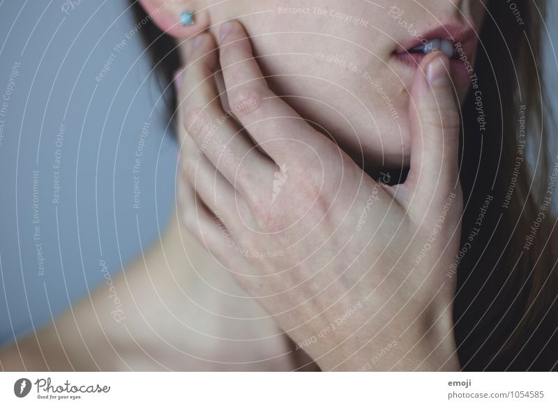 part feminin androgyn Junge Frau Jugendliche Haut Gesicht Hand 1 Mensch 18-30 Jahre Erwachsene eckig kalt Farbfoto Innenaufnahme Detailaufnahme Tag