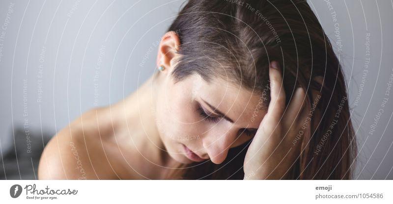 vulnerable feminin Junge Frau Jugendliche Gesicht 1 Mensch 18-30 Jahre Erwachsene Haare & Frisuren brünett schön nachdenklich Traurigkeit sidecut Farbfoto