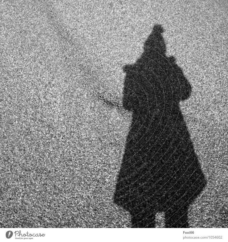 Aus der Zeit gefallen / Schattenspiele Mensch 1 Bühne Kultur Mantel Stoff Mütze Bommelmütze schwarz weiß ruhig geheimnisvoll Idee Inspiration Perspektive