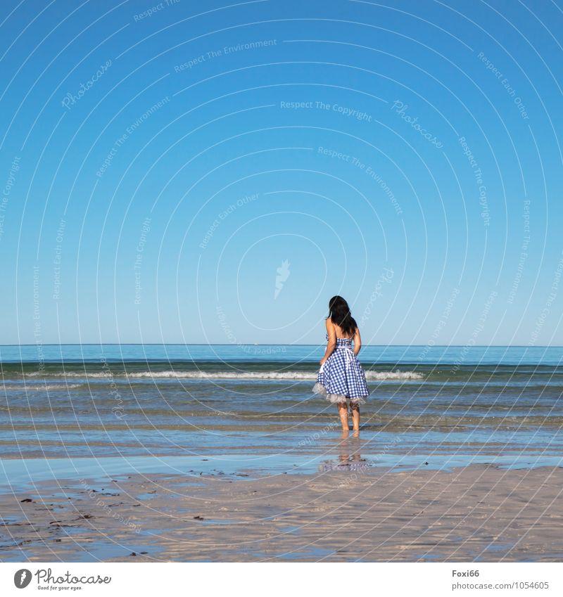 Sommer, Sonne ..... Frau Erwachsene Leben 1 Mensch 45-60 Jahre Rockabilly Sand Luft Wasser nur Himmel Horizont Küste Fjord Kleid Unterrock Barfuß Feste & Feiern