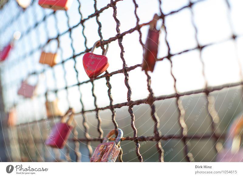 Geschlossene Liebe Himmel Metall Rost Zeichen Herz Schloss Zusammensein rot Gefühle Glück Verliebtheit Treue Leidenschaft Schutz Sicherheit träumen Versicherung