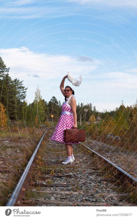 Heimkommen...wenn alles gut geht Mensch Frau Ferien & Urlaub & Reisen Sommer Freude Erwachsene feminin Glück träumen Sträucher Fröhlichkeit verrückt 45-60 Jahre