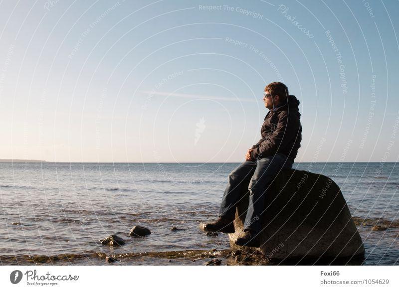 die Seele baumeln lassen Mensch Mann blau Wasser weiß Einsamkeit ruhig Ferne Erwachsene Leben Gefühle Frühling Lifestyle Denken Freiheit braun