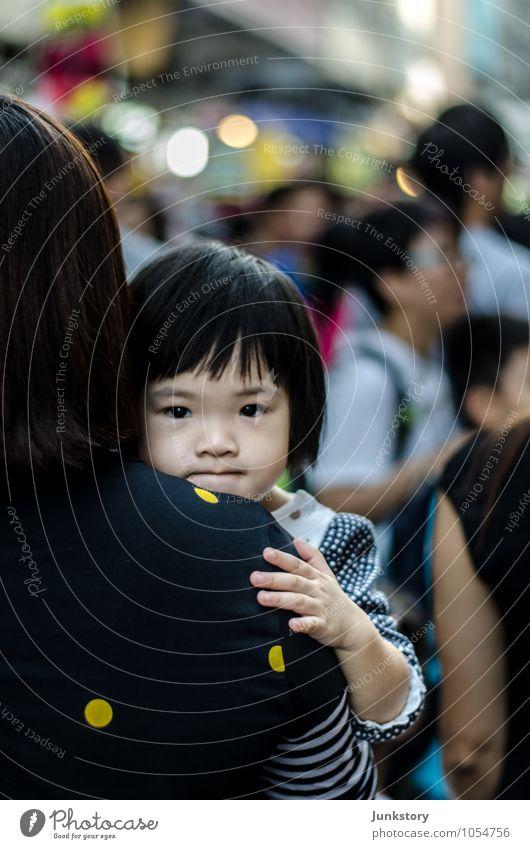 Little Lijuan from Hong Kong Mensch Kind Stadt Mädchen Erwachsene feminin Zusammensein Familie & Verwandtschaft Kindheit beobachten niedlich Sicherheit Mutter Asien Zusammenhalt Vertrauen