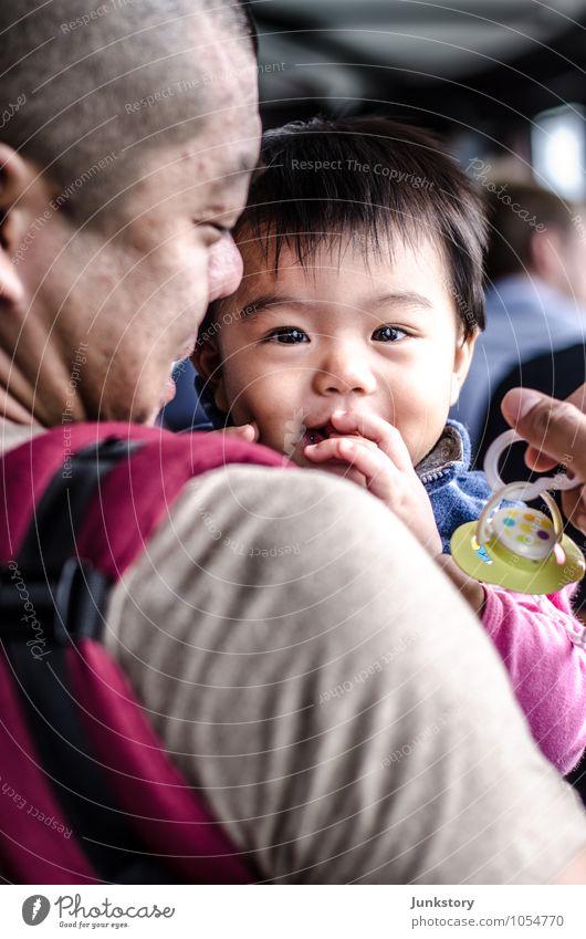Long and Tao #2 Mensch Kind Mann Erwachsene Glück Zusammensein glänzend maskulin Zufriedenheit Fröhlichkeit Lächeln Lebensfreude Baby beobachten Zusammenhalt