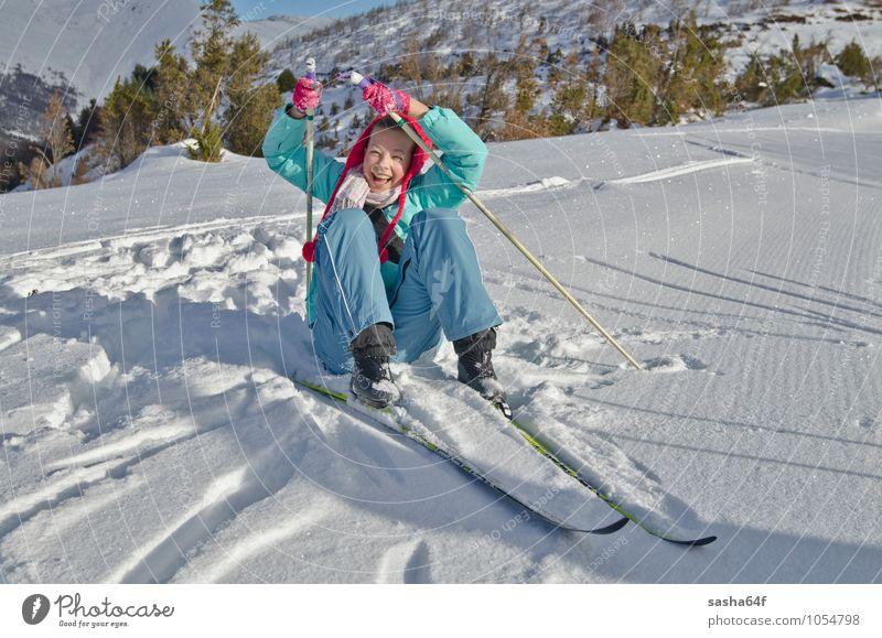 Junges Mädchen hebt nach dem Fall am nordischen Skiort an Lifestyle Freude Erholung Ferien & Urlaub & Reisen Winter Schnee Berge u. Gebirge Stuhl Sport