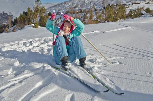 Junges Mädchen hebt nach dem Fall am nordischen Skiort an Mensch Kind Natur Ferien & Urlaub & Reisen Jugendliche weiß Junge Frau Erholung rot Freude Winter kalt