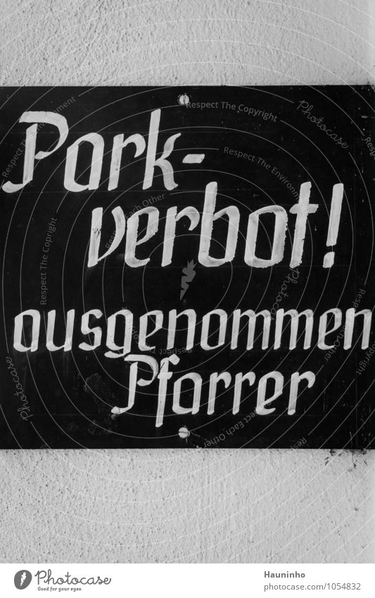 Parkverbot alt weiß schwarz Wand Mauer Stein Schilder & Markierungen Schriftzeichen Beton Hinweisschild Kirche Zeichen Dorf Warnhinweis Österreich Arbeitsplatz