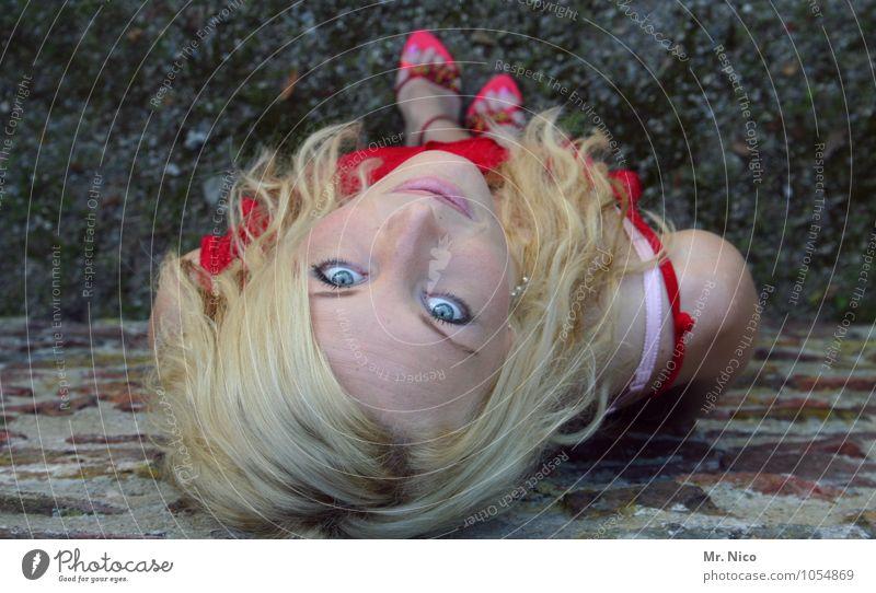 blondinen bevorzugt Frau schön Sommer rot Erwachsene Gesicht Auge Wand feminin Mauer Haare & Frisuren Mode Lifestyle Freizeit & Hobby Zufriedenheit