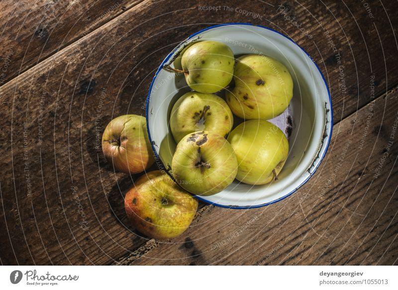 Äpfel im klassischen Metallbecher auf weißem Holztisch Frucht Apfel Diät Tisch Erntedankfest Natur Herbst alt frisch lecker natürlich saftig rot altehrwürdig