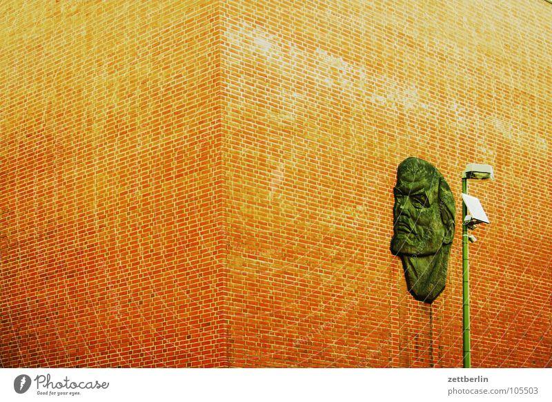 Lenin Architektur Berlin Gebäude Mauer Fassade Ecke Laterne Backstein Wiedervereinigung Wandmalereien Ideologie Philosophie Sozialismus Relief Kommunismus
