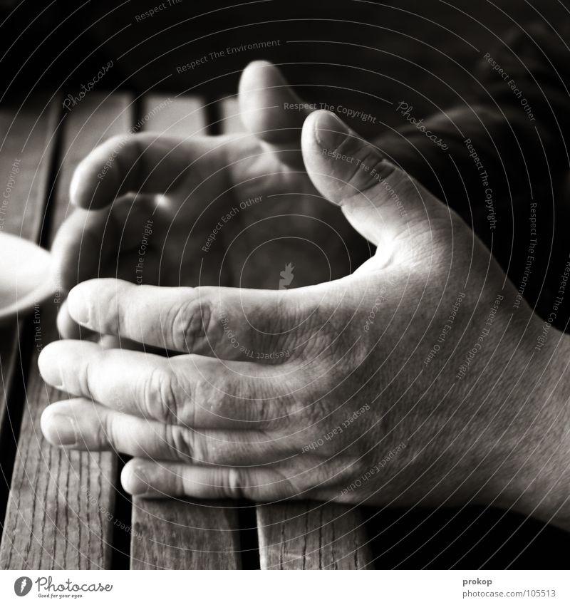 ..., verstehst du? Hand gestikulieren Mann Senior wuchtig robust Finger Fingernagel Tisch Gefäße Fragen Antwort sprechen Verständnis unverstanden braun dunkel