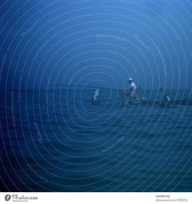 Angler Angeln Freizeit & Hobby fangen Meer Steg Mann ruhig Erholung Dämmerung Angelrute Stimmung Spielen Fisch blau sea blue fishing relaxing Abend rau