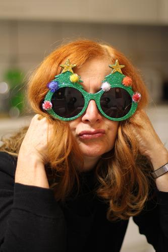 Jippih, bald ist Weihnachten 1/2 Lifestyle Feste & Feiern Weihnachten & Advent Silvester u. Neujahr Mensch Frau Erwachsene Kopf Veranstaltung Mode Accessoire