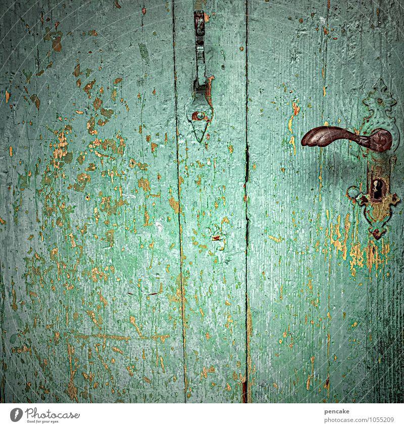 grüner wirds nicht Tür Holz Zeichen ästhetisch türkis Schlüsselloch verfallen Haken Griff altmodisch Lack abblättern Farbfoto Außenaufnahme Nahaufnahme