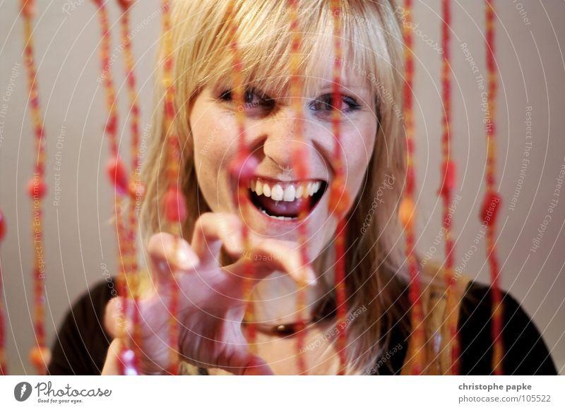 Hinter Gittern Jugendliche schön Auge Kopf Katze Erwachsene blond gefährlich bedrohlich Zähne gefangen frech Gitter Nagel Krallen Junge Frau