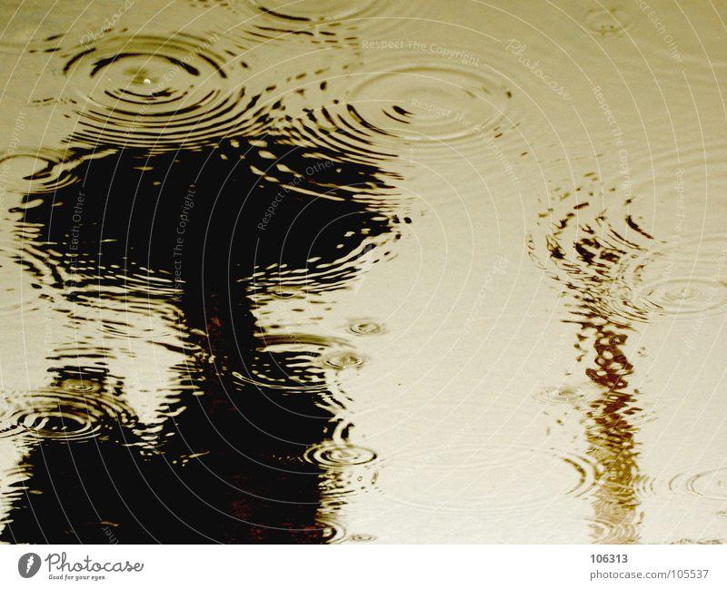 THE LAND OF THE LOST Mensch Einsamkeit schwarz Paar Stimmung Regen Wetter Wellen nass Kreis Wassertropfen Laufsport Landkreis Regen Regenschirm feucht Schirm