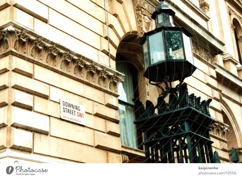 """Home of """"THE BLAIR"""" London Haus Laterne England Großbritannien Straßennamenschild Regierung Gebäude Architektur Downing Street Regen wählen Blair Tony"""