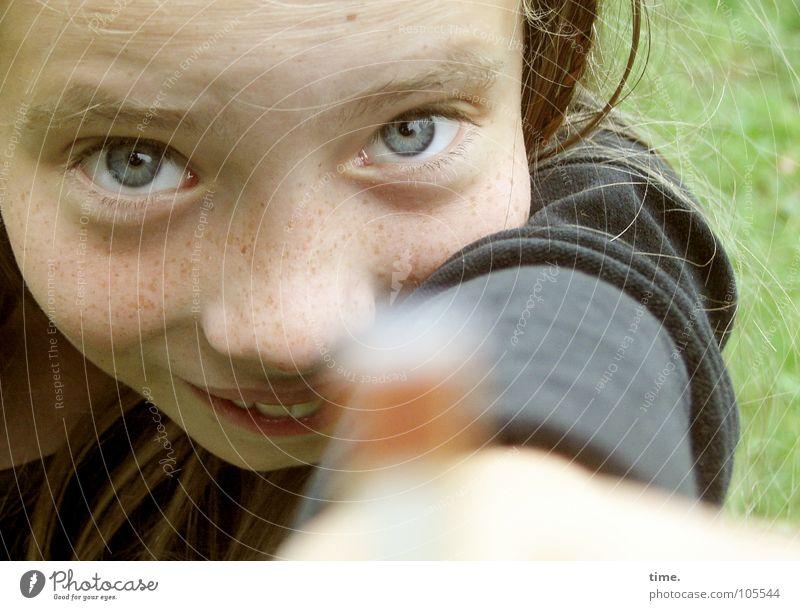 Gartenerkunderin Freude feminin Mädchen 1 Mensch 8-13 Jahre Kind Kindheit Wiese Pullover blond Lächeln lachen Blick Neugier schön verrückt wild Fröhlichkeit