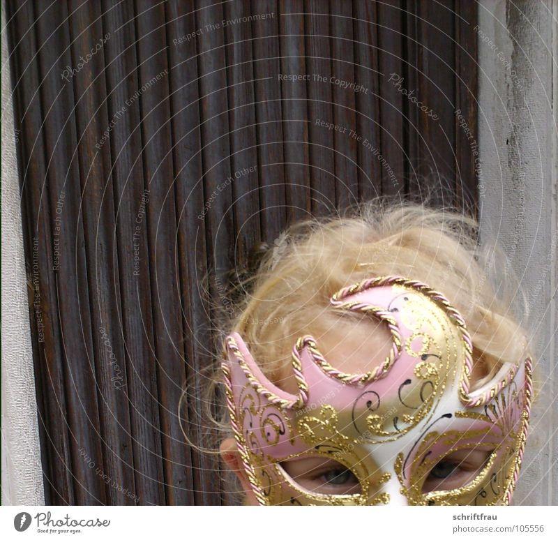 Maskenprinzessin Kind Mädchen schön Auge Holz braun Angst glänzend blond rosa Tür gold Italien Karneval verstecken