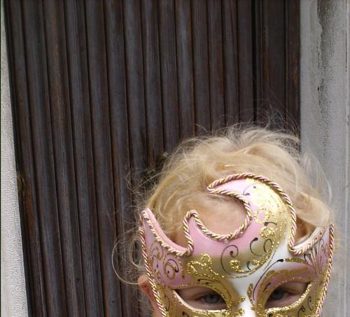 Maskenprinzessin Venedig rosa blond Mädchen Italien Kind Angst Holz braun schön Karneval Tür Geheimniss gold Auge glänzend verstecken