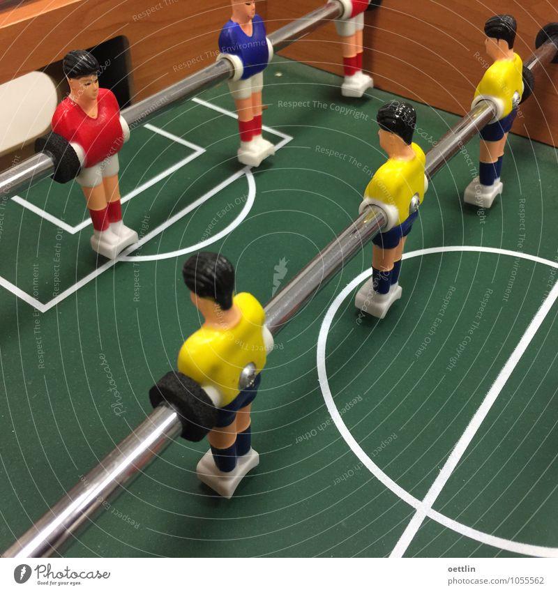 Kick it like … Mensch Mann blau grün rot Freude Erwachsene gelb Sport Spielen Holz Linie Metall maskulin Dekoration & Verzierung Büro